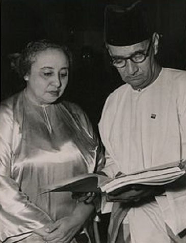 1948. AVEC SA SOEUR CHE'AZIZAH BINTE JAAFFAR, CONSEILLER D'ETAT DE JOHOR