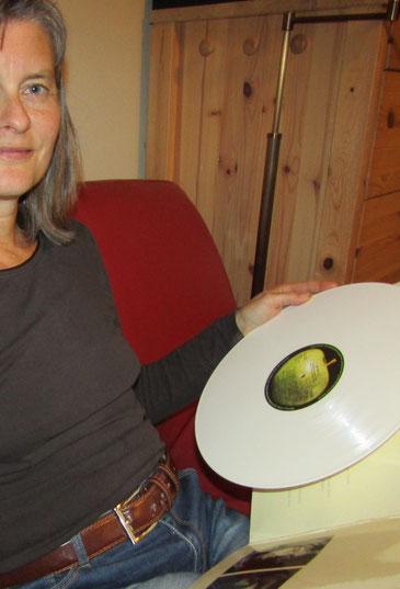 Gabriele Dienstl hält das Weiße Album der Beatles.