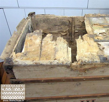 Trunk Louis Vuitton goyard moynat fond abimé restauration Le dessous était totalement mangé, ce qui est toutefois classique sur une malle de plus de 120 ans.   En démontant la malle nous avons vu des centaines d'insectes grouillant dans le bois, ce qui no