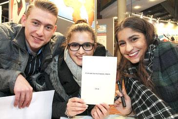 Freude über den Preis: drei der Jugendlichen aus dem Arbeitskreis Stolpersteine Rehburg-Loccum mit dem Anschreiben, das sie als Preisträger ausweist.
