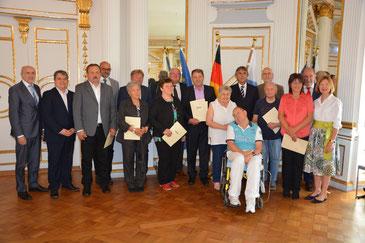 Regierungspräsident Axel Bartelt (2. Reihe, 3. v. r.) zusammen mit den Geehrten und Ehrengästen. Foto: Roth/Regierung der Oberpfalz