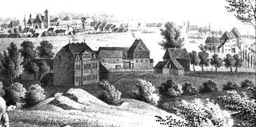 """Stadtansicht um 1835 (Ausschnitt). Im Vordergrund links die neue """"Scherz'sche Fabrik"""", in der Mitte das Vorwerk Rödershausen und die Stadtmühle, rechts die Dresdner Chaussee."""