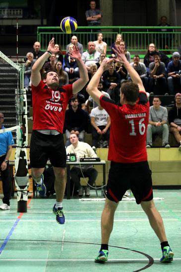 Die Volleyballer von Bremen 1860, hier mit Björn Hagestedt (Nr. 16) und Sven Gronert, verloren das Derby gegen Baden mit 0:3. (Foto: Katja Nonnenkamp-Klüting)