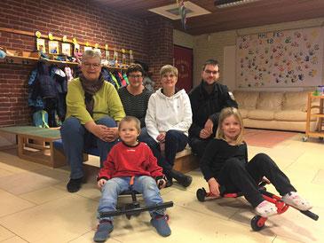 Frau Warnecke (li) und ihr Sohn (re) überraschen Kita-Team und Kinder