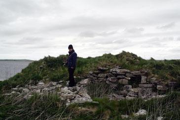 """Abbildung: Klaus auf den überwucherten Ruinen des """"russischen"""" Brochs / © Anita Soós"""