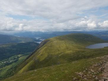 Aufstieg zum Ben Nevis mit Lochan Meall an t-Suidhe (Half Way Loch) rechts im Bild