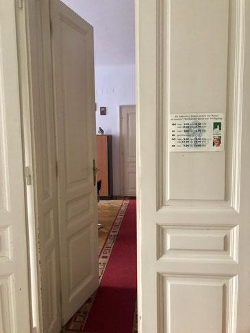 """Durch diese Tür geht es in die """"heiligen Hallen"""" des Pfarrsekretariats."""