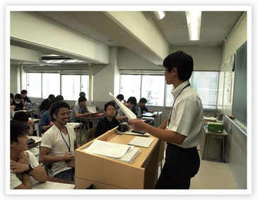 学生たちに質問する小林先生