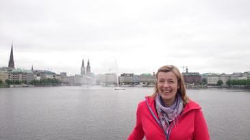 Ich stehe aus der Lombardsbrücke, hinter mir die Binnenalster mit der Alsterfontäne