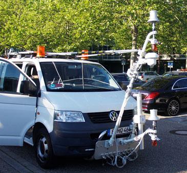 Messfahrzeug zur mobilen Messung von Lufttemperatur, Luftfeuchtigkeit, Oberflächentemperatur und solarer Strahlung in Karlsruhe.