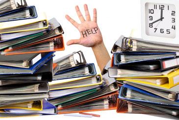 残業で仕事に追われる助けを求めるスタッフ