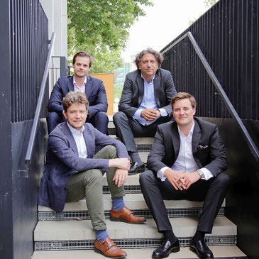 Marvin Neuhauser sitzt oben links, Benedikt Stockert (li.), Hannes Havranek (re.) und Felix Kirkovits hat sich unten rechts platziert.