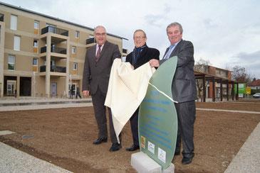 3 élus inaugurent et dévoilent la plaque de la place François Mittérand à Bellerive sur Allier