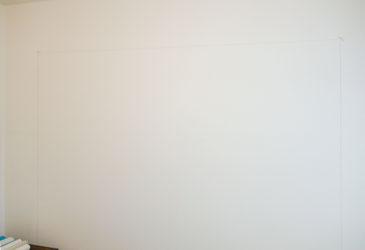 Markierung auf der Wand anbringen, bevor wir die Fototapete anbringen