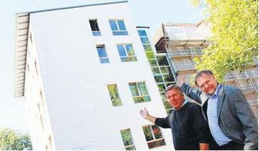 Stellvertreter und Bauleiter Jürgen Jaracewski mit Schulleiter Stephan Michael (v. l.) vor dem Dach der Oberschule Findorff.