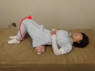 体操枕両膝右へ倒す
