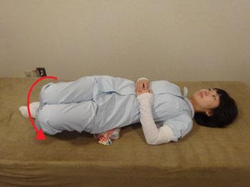 体操枕両膝左へ倒す