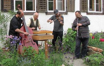 Bass, Hackbrett, Geige und Klarinette