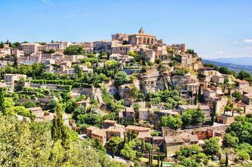 Die Kleinstadt Gordes auf dem Hügel gelegen, mit blauem Himmel