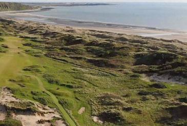 St. David's Golfplatz mit Dünen und Sandstrand von Harlech Beach ©Royal St. David's Golf Club