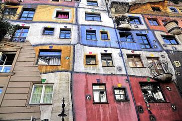 Bunte Fasade des Hundertwasserhauses Wien