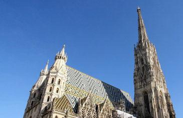 Stephansdom in Wien mit blauem Himmel