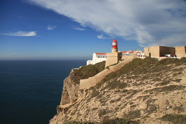 Cabo de Sao Vicente - Leuchtturm auf der Klippe über dem Meer
