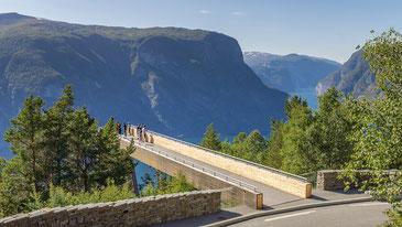 Aussichtspunkt Stegastein über dem Aurlandsfjord ©Nationale Touristenstraßen