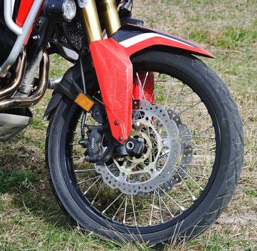 Bereits fürs Grobe: Das 21-Zoll-Voderrad auf Speichenfelgen.