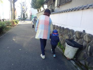 先生一人につき、子ども一人で出かけました。