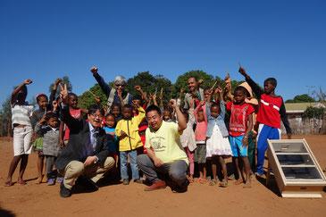 里山エネルギースクールの活動をするロバソア小学校の子どもたち