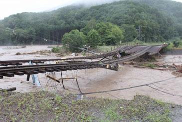 台風10号による川の氾濫で崩落した橋脚(新得町ウェブより)