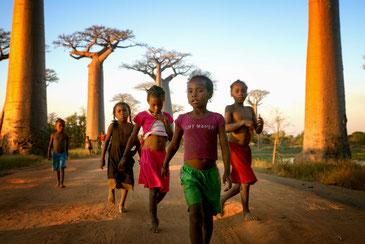 バオバブの木の下で遊ぶマダガスカルの子どもたち。この子たちの未来を守りたい。 CC BY-SA 2.0 / Rod Waddington