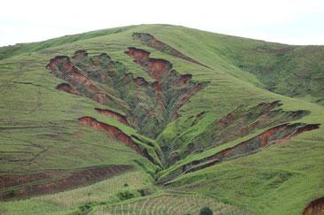こうした山崩れ(ラバカ)があちこちに。村の背後に迫る場合も!