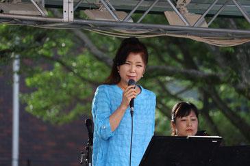 ソーラーパワートラックのステージで熱唱する八代亜紀さん(熊本城二の丸公園)