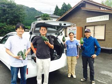 南阿蘇村の「たねまきハウス」では、NPOトランジションジャパンの吉田俊朗さんと合流。南阿蘇村でのオフグリッド暮らしの話を聞かせてもらい、お仲間のお米や野菜を購入しました。