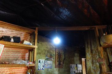 私立ロバソア小学校に灯ったソーラー発電による明り