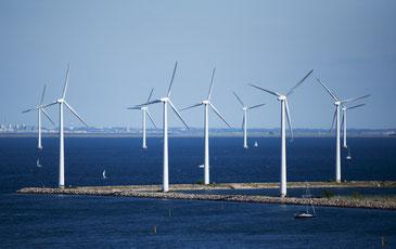 コペンハーゲン洋上に立つ風車群 CC BY 2.0 / CGP Grey