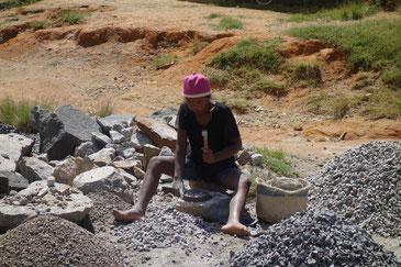石を割る仕事をするマダガスカルの子どもたちにも教育の機会を与えたい。