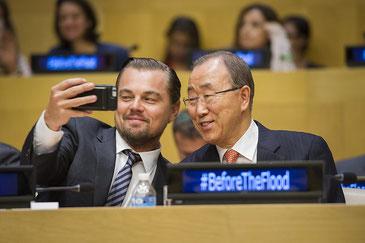 気候変動の脅威を訴える映画『地球が壊れる前に』の試写会に出席した国連の潘基文事務総長とレオナルド・ディカプリオさん UN Photo/Rick Bajornas CC BY-NC-ND 2.0