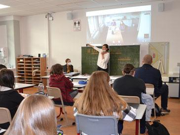Astrid Krüger und Silvia Elscheich aus der Karl-Jaspers-Klinik sind per Beamer live in den Kursraum der 9. Klassen geschaltet