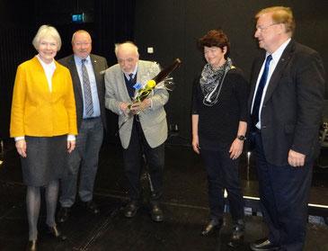 Manfred Schmid (2. v. l.) bedankt sich bei den scheidenden Vorstandmitgliedern Britta Bungartz, Gustav Roeder, Richarda Kinzel und Dr. Klaus Haage (v. l.)