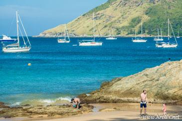 Брутальный со стороны пляж Януи с камнями и скалами оказался вполне себе детским