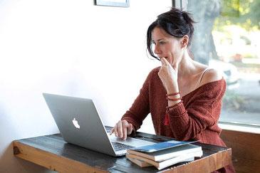Donna che cerca dove comprare un paralume online.