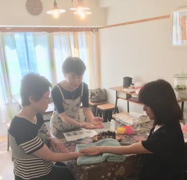 札幌の谷淳子が主宰するあとりえ柚子香では、ハンドケアを教える講座を開催しています。