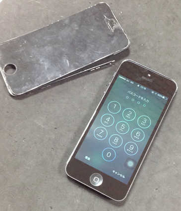 iPhone5 液晶交換修理 本体の歪みで隙間