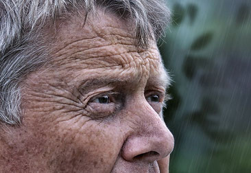 Überschüssige Haut des Oberlides und Falten