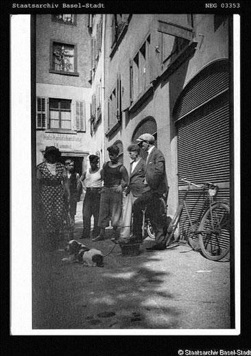 Märkte auf dem Andreasplatz im 20. Jahrhundert: Hundemarkt (ein Photo des Staatsarchiv Basel-Stadts)