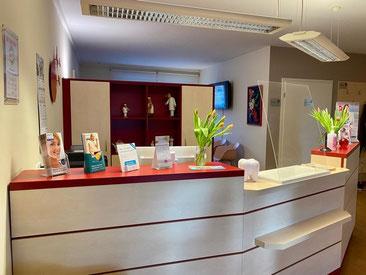 Rezeption und Empfangstresen beim Zahnarzt am Eastgate in Berlin Marzahn