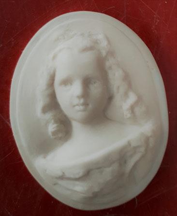 MENINA  3cmx4cm  résine blanche